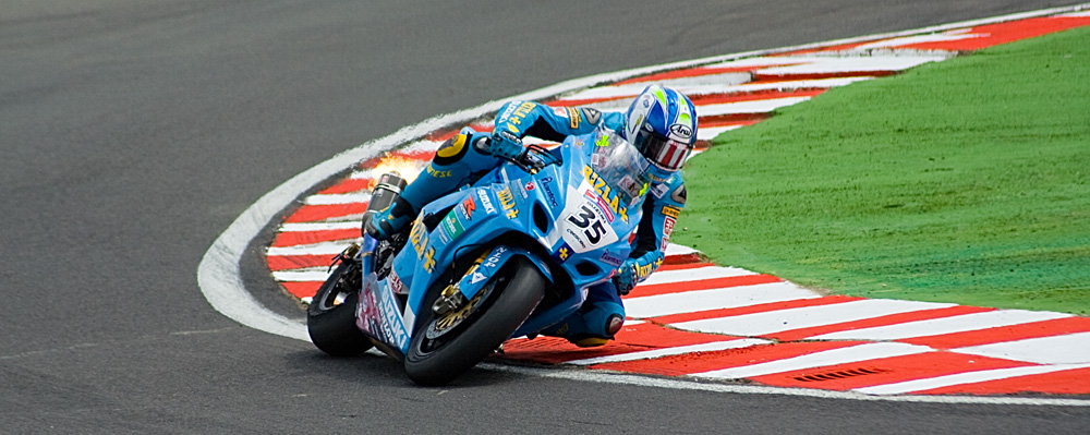 Cal Crutchlow flying round Russell Bend at Snetterton, British Superbike Chapionship may 2007